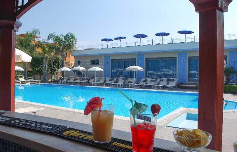 Hotel Premiere - Pool - 15