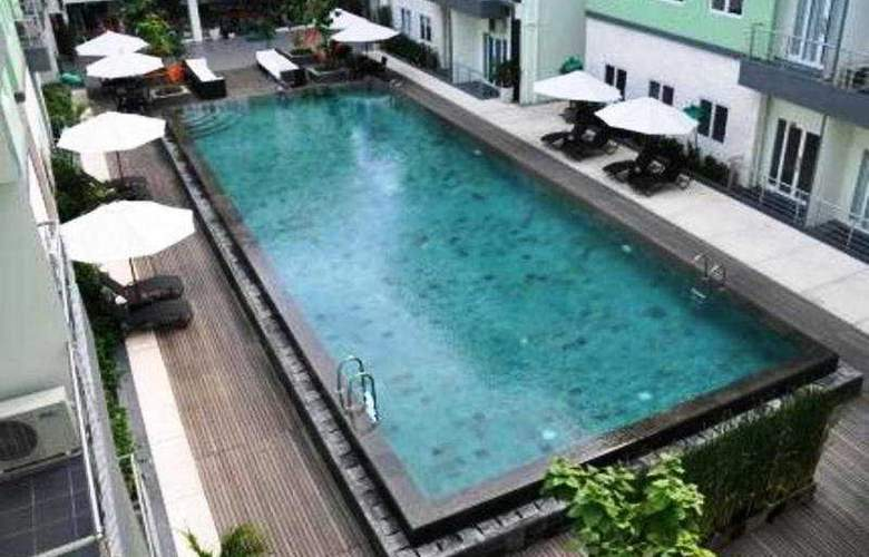 Harris Hotel & Residences Riverview Kuta - Pool - 9