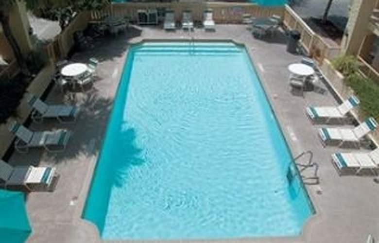 La Quinta Inn San Antonio / Sea World - Pool - 7