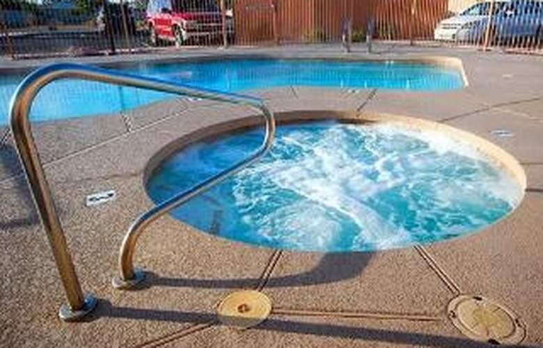 Comfort Inn & Suites Downtown - Pool - 5