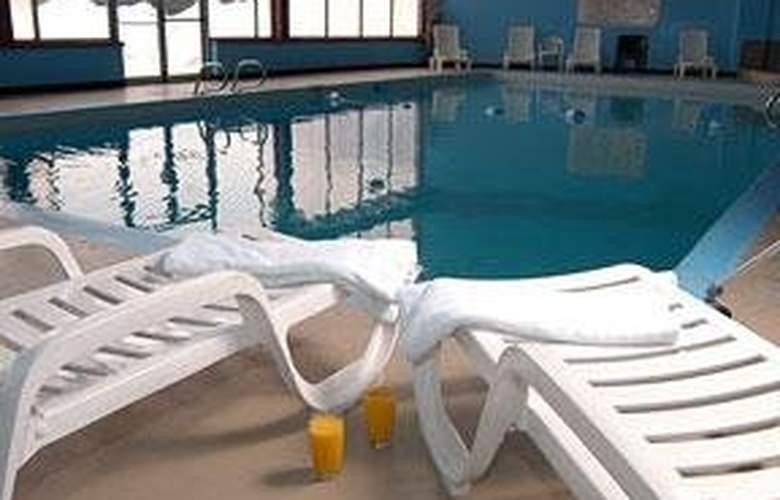 Quality Inn Edmundston - Pool - 3