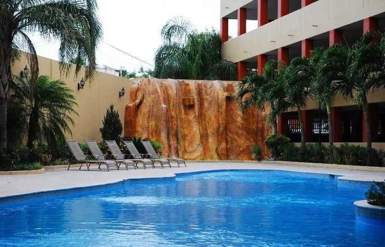 Howard Johnson Royal Garden Reynosa - Pool - 5