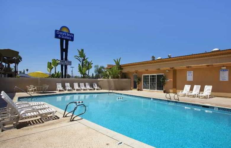 Days Inn & Suites - Pool - 3