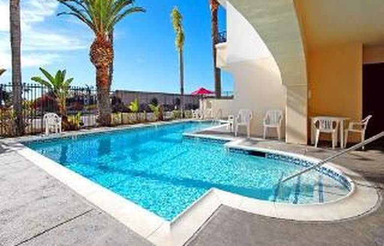 Comfort Suites at North Camp Pendleton - Pool - 6