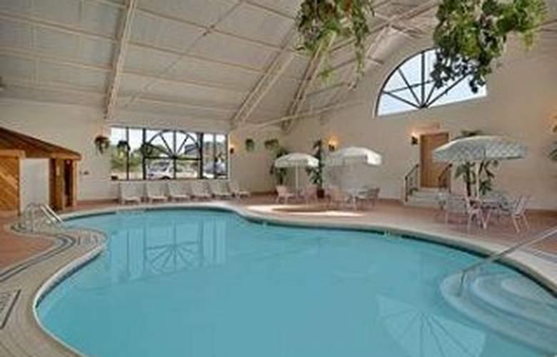 Days Inn at the Falls - Pool - 4