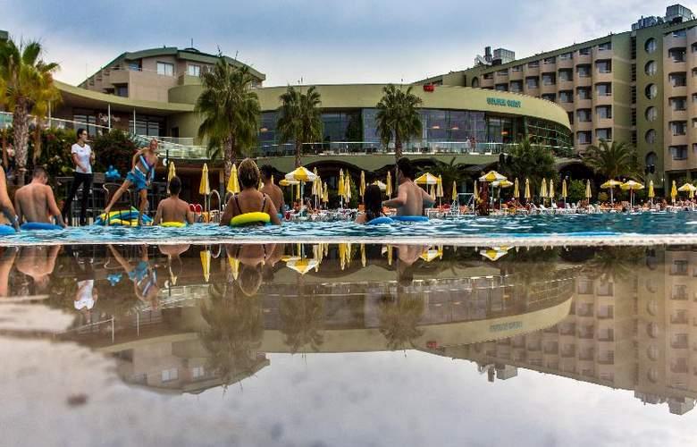 Golden Coast Resort - Terrace - 30