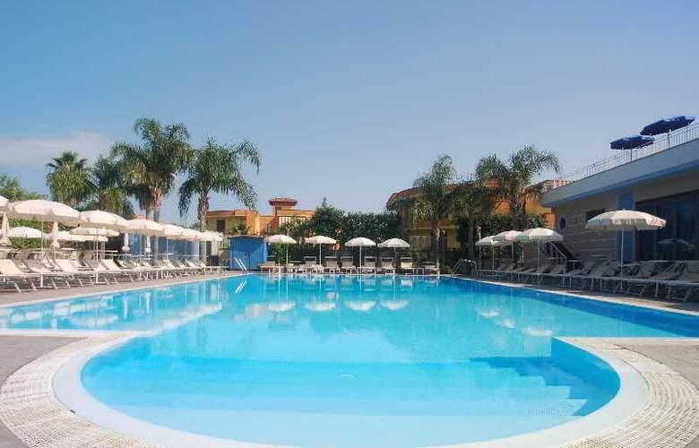 Hotel Premiere - Pool - 14