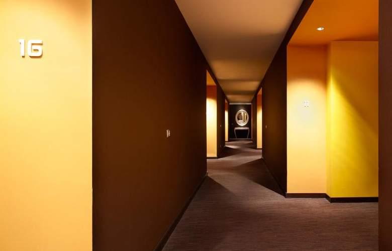 East - Room - 11