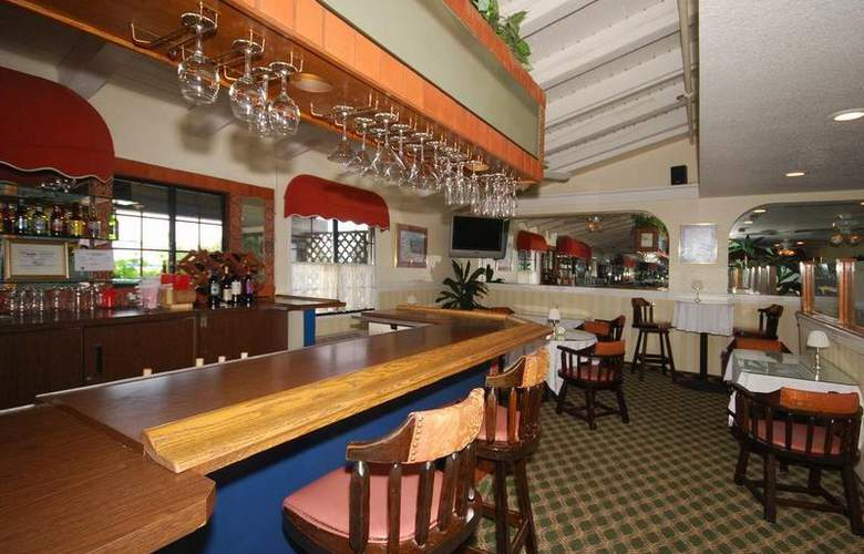 Best Western Plus Carpinteria Inn - Bar - 81