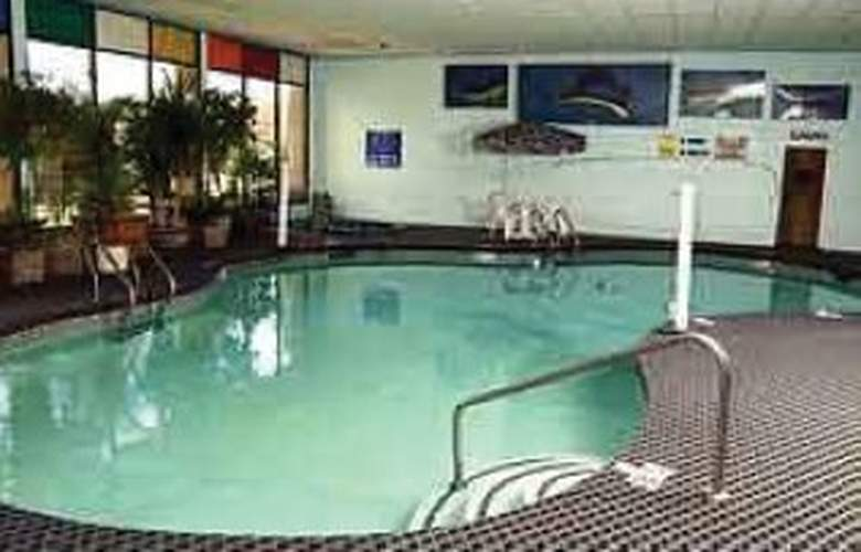 Clarion Hotel & Convention Center - Pool - 3