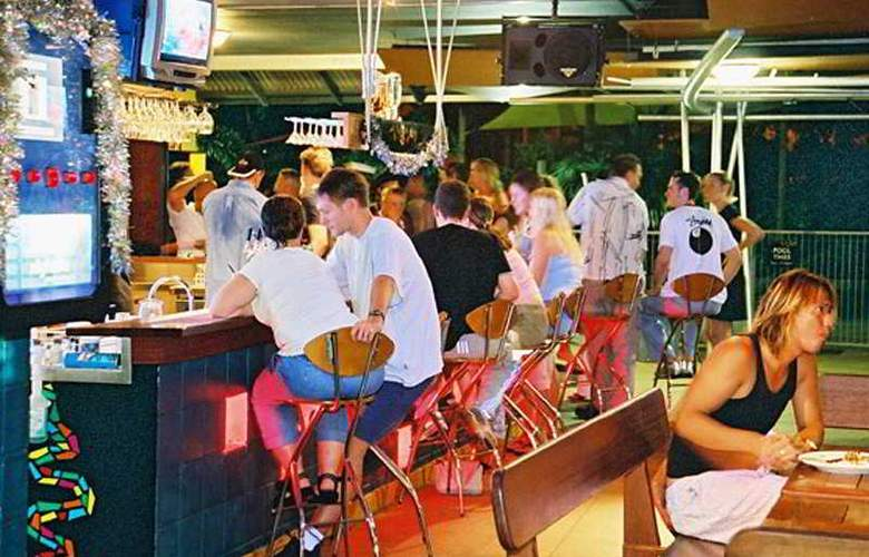 Nomads Cairns Backpackers - Bar - 7