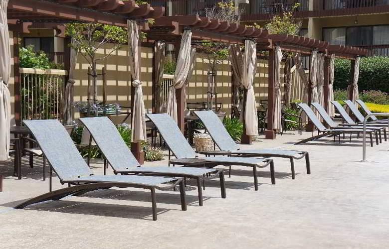 Hilton Garden Inn Monterey - Pool - 11
