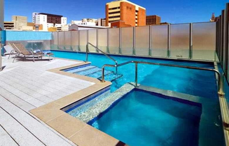 Oakwood Hotel & Apartments Brisbane - Pool - 10