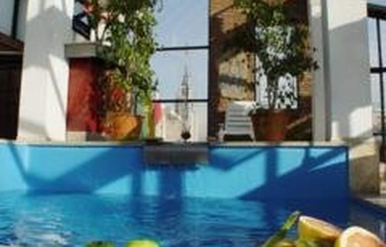 Reina Victoria Suites & Towers - Pool - 1