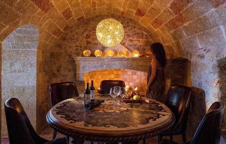 Moni Emvasis Luxury Suites - Restaurant - 19