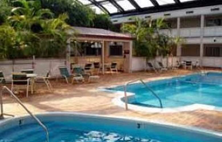 Clarion Hotel Indianapolis - Pool - 4