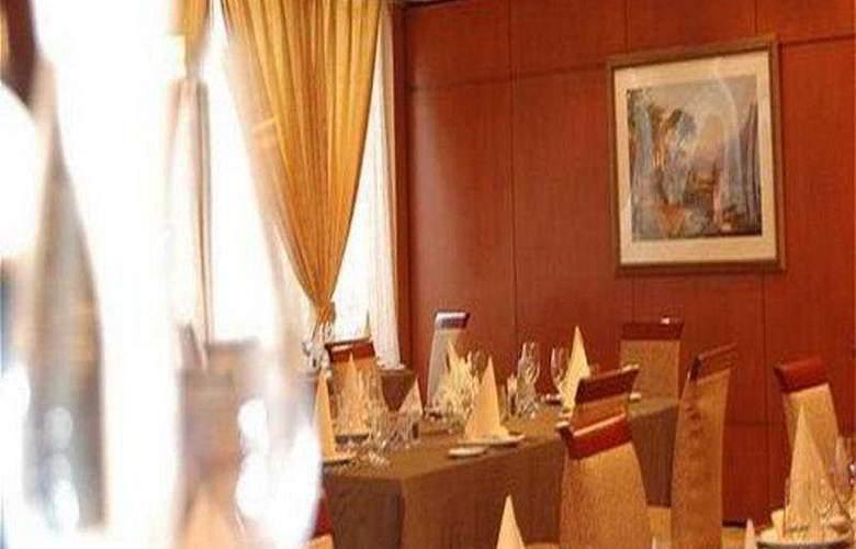 Crowne Plaza Hotel & Suites - Restaurant - 6