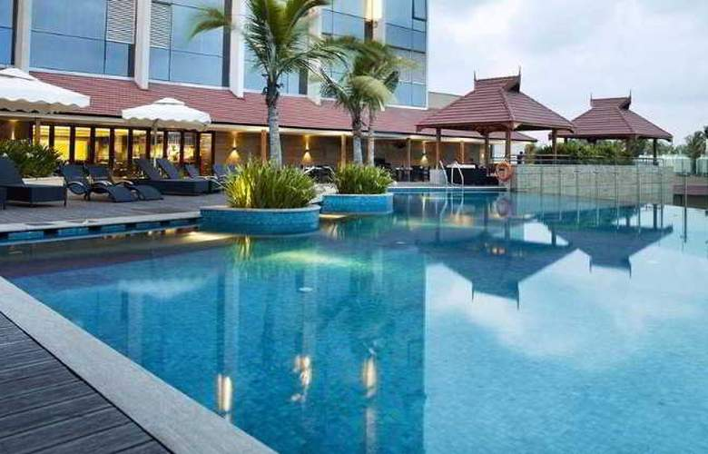 Crowne Plaza Kochi - Pool - 3