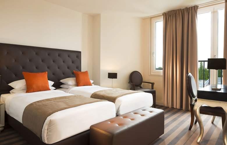 Executive Hotel - Room - 9