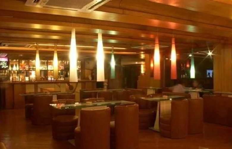 Shelton Grand - Bar - 1