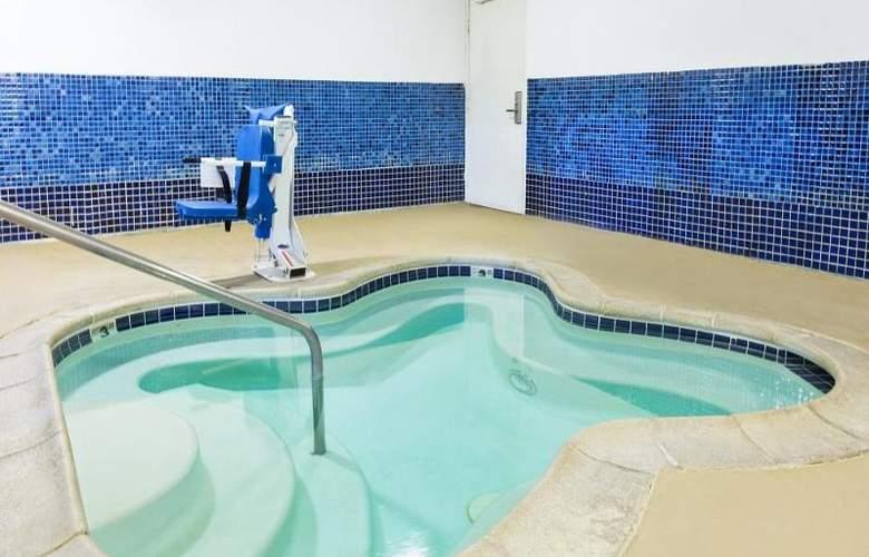 Days Inn & Suites - Pool - 12