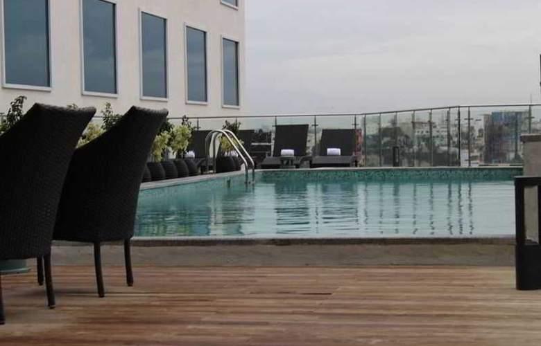 Howard Johnson Bengaluru Hotel - Pool - 11