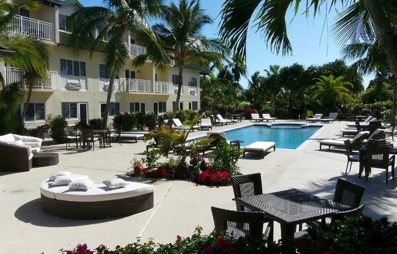 Comfort Suites - Pool - 15