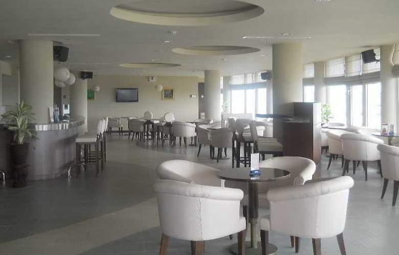 Gerbera Hotel Hue - Bar - 6