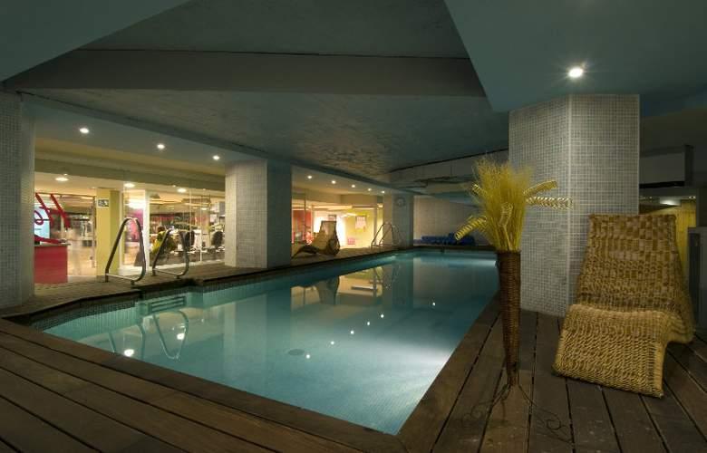 Courtyard Madrid Princesa - Pool - 17
