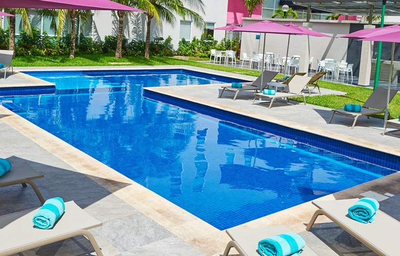 City Express Playa del Carmen - Pool - 3