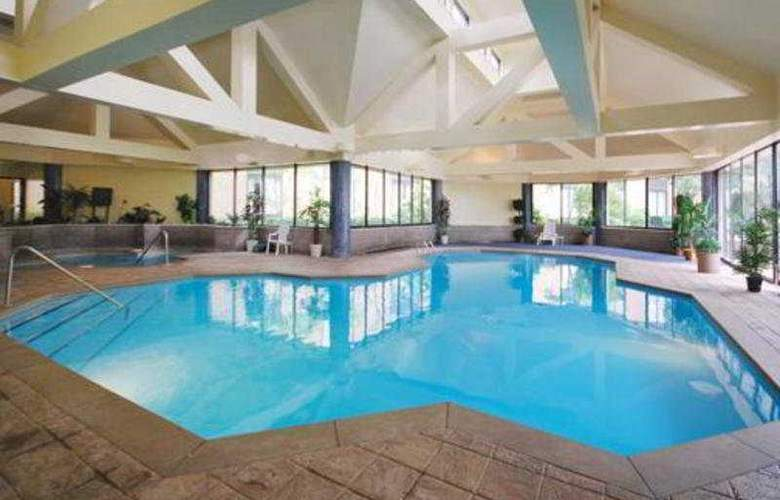 Clarion Hotel & Suites Conference Center - Pool - 4