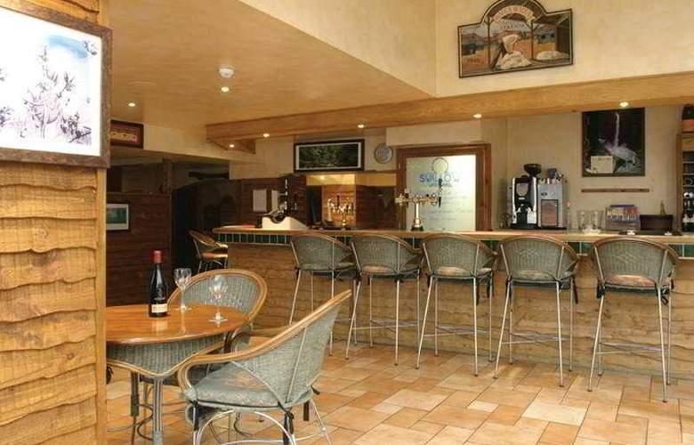Waterwheel Inn Hotel - Bar - 5