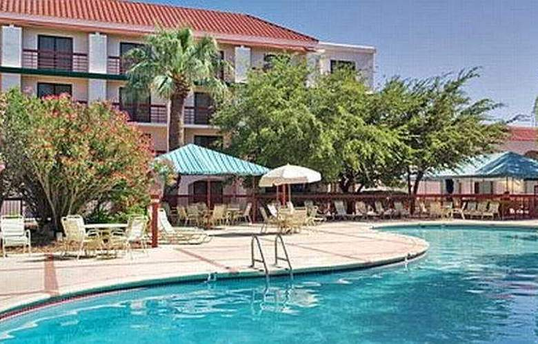 Wyndham El Paso Airport and Water Park - Pool - 6
