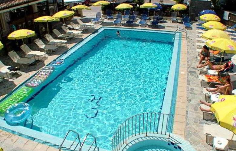 Canadian Hotel - Pool - 7