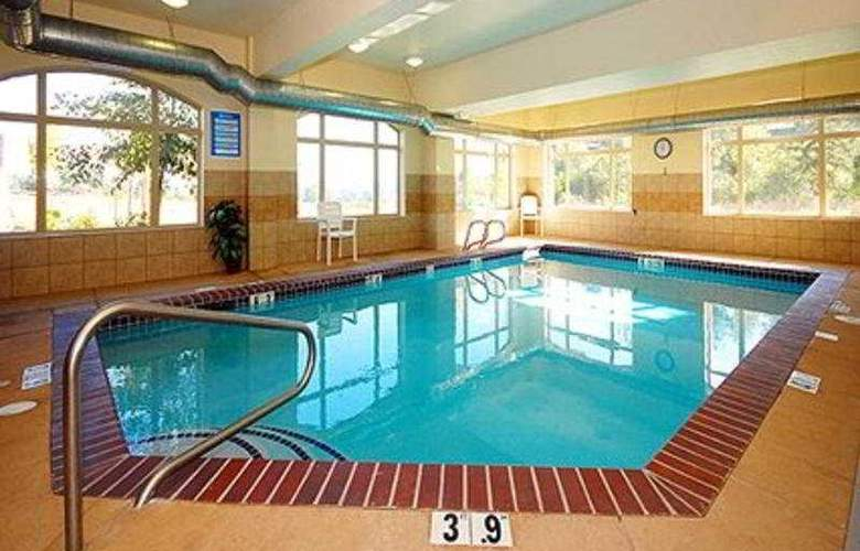 Comfort Suites Eugene - Pool - 3