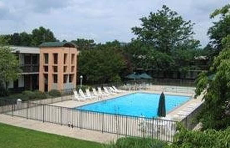 Quality Inn Roanoke Airport - Pool - 5