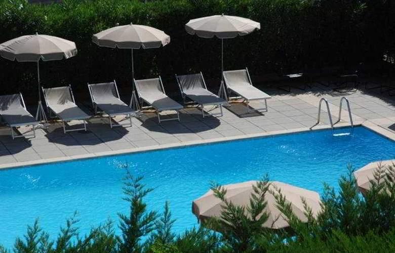 Kyriad Cannes Mandelieu - Pool - 3