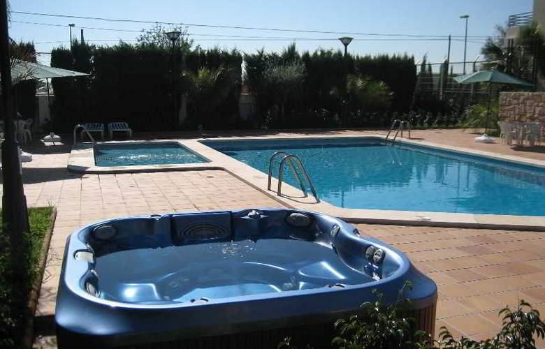 Hotel Residencia Abril - Pool - 2