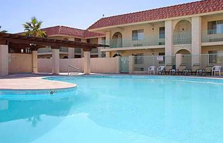 Quality Inn & Suites Lake Havasu City - Pool - 3