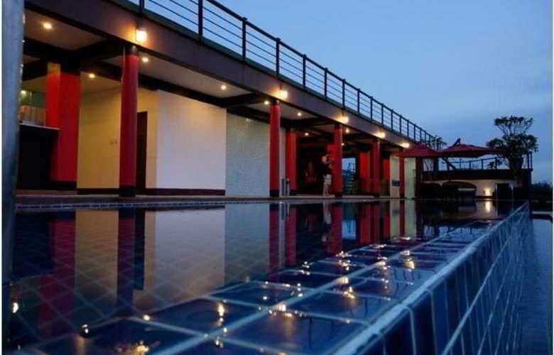 7 Q Hotel - Pool - 6