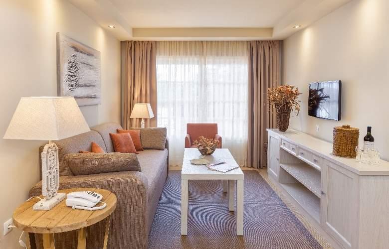 Club Ambassador Apartamentos - Room - 2