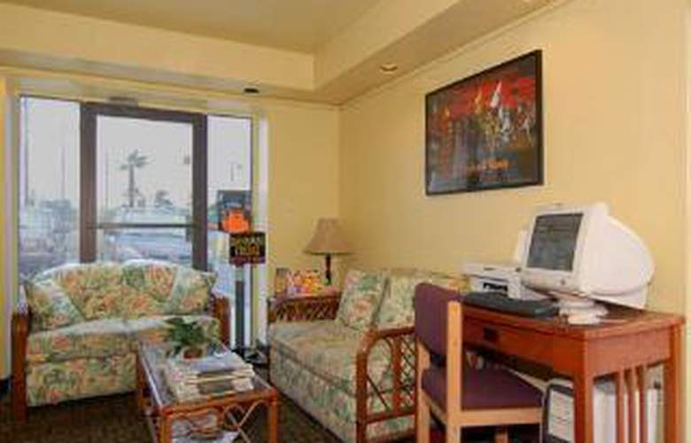 Econo Lodge  Inn & Suites Maingate Central - General - 2