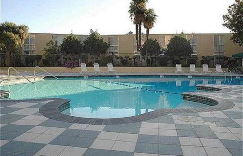 Crowne Plaza Cabana Hotel & Resort - Pool - 7