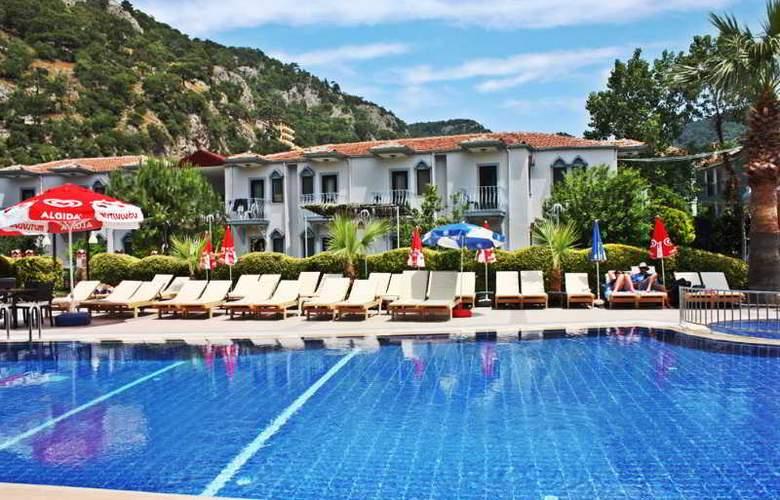Majestic Hotel - Pool - 9