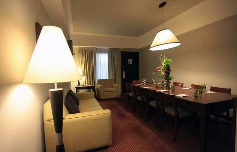 Embassy Suites Valencia - Room - 2