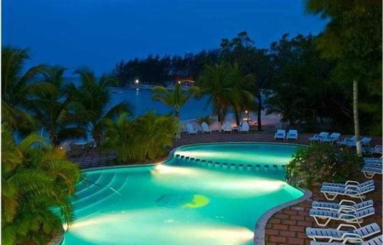 Fantasy Island Dive Resort - Pool - 1
