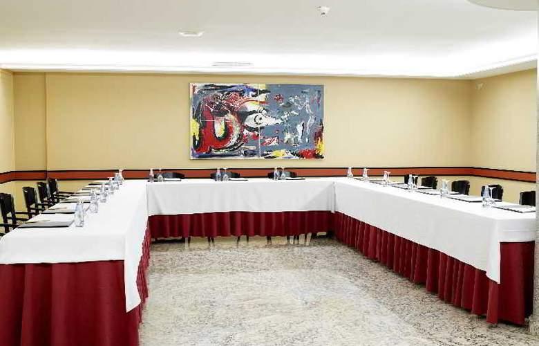 Castro - Conference - 12