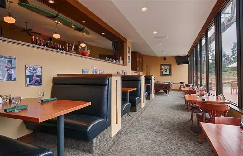 Best Western Plus Agate Beach Inn - Bar - 86
