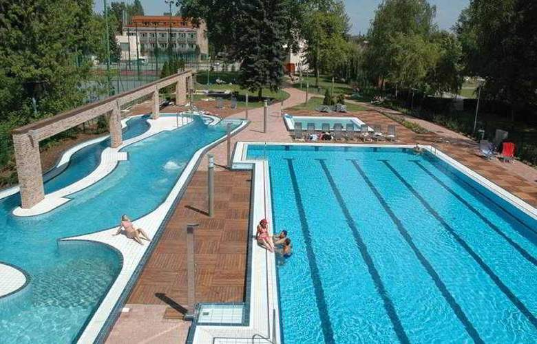 Holiday Beach Budapest Wellness - Pool - 4