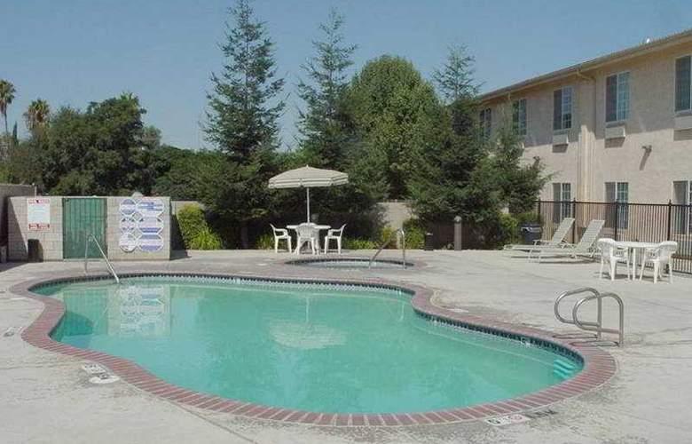Comfort Inn Fresno - Pool - 3